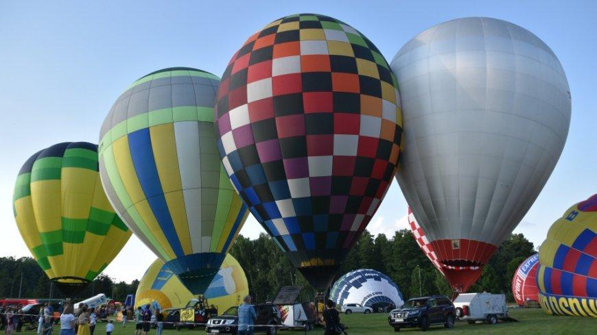 Na zdjęciu widać stojące balony.