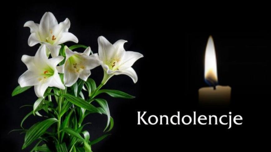 lilie i znicz na czarnym tle z napisem kondolencje