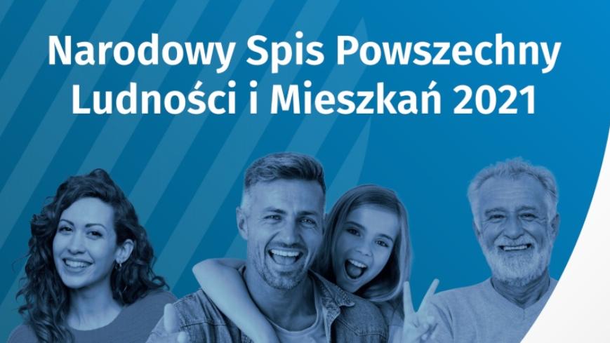 niebieskie tło z białym napisem: Narodowy Spis Powszechny Ludności i Mieszkań, poniżej kobieta, mężczyzna, dziecko i senior